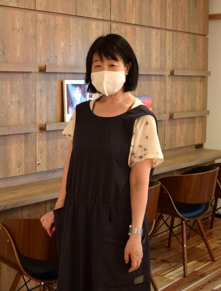 白壁に移転、リニューアルオープンした「シアターカフェ」。「すてきな空間を作っていきたい」と話す同店の江尻真奈美さん