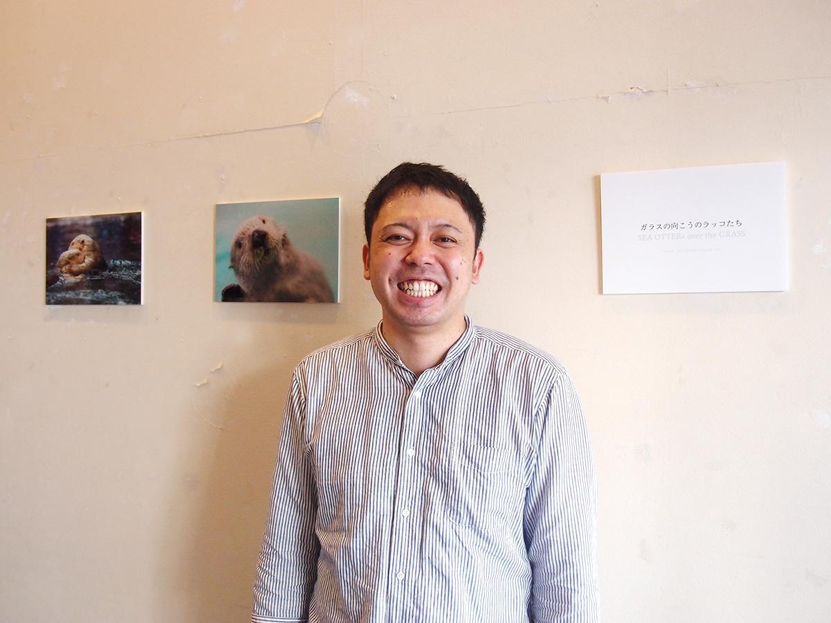写真展「ガラスの向こうのラッコたち」会場で。ラッコ好きの「RACCOLABO」代表の小林優太さん
