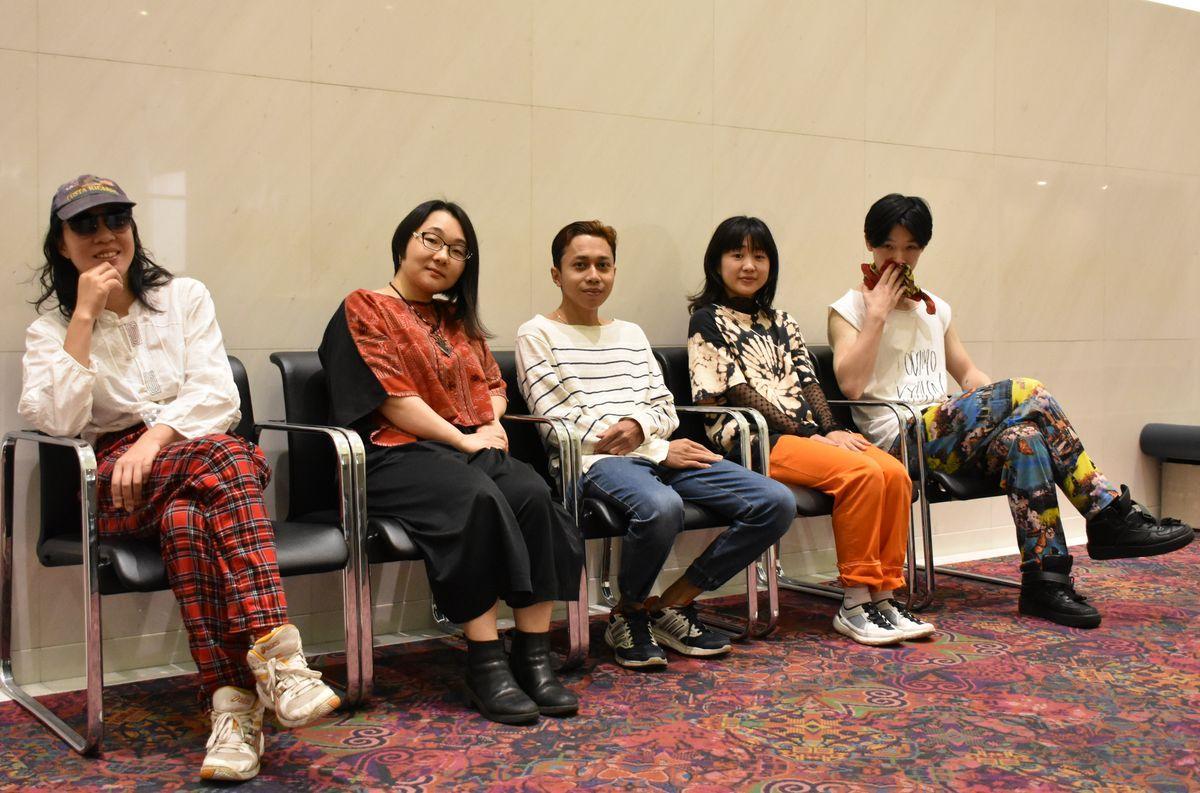 愛知県芸術劇場で「第18回AAF戯曲賞」の受賞記念公演「朽ちた蔓延る」を上演。個性的なパフォーマーやスタッフがボーダーレスに集う