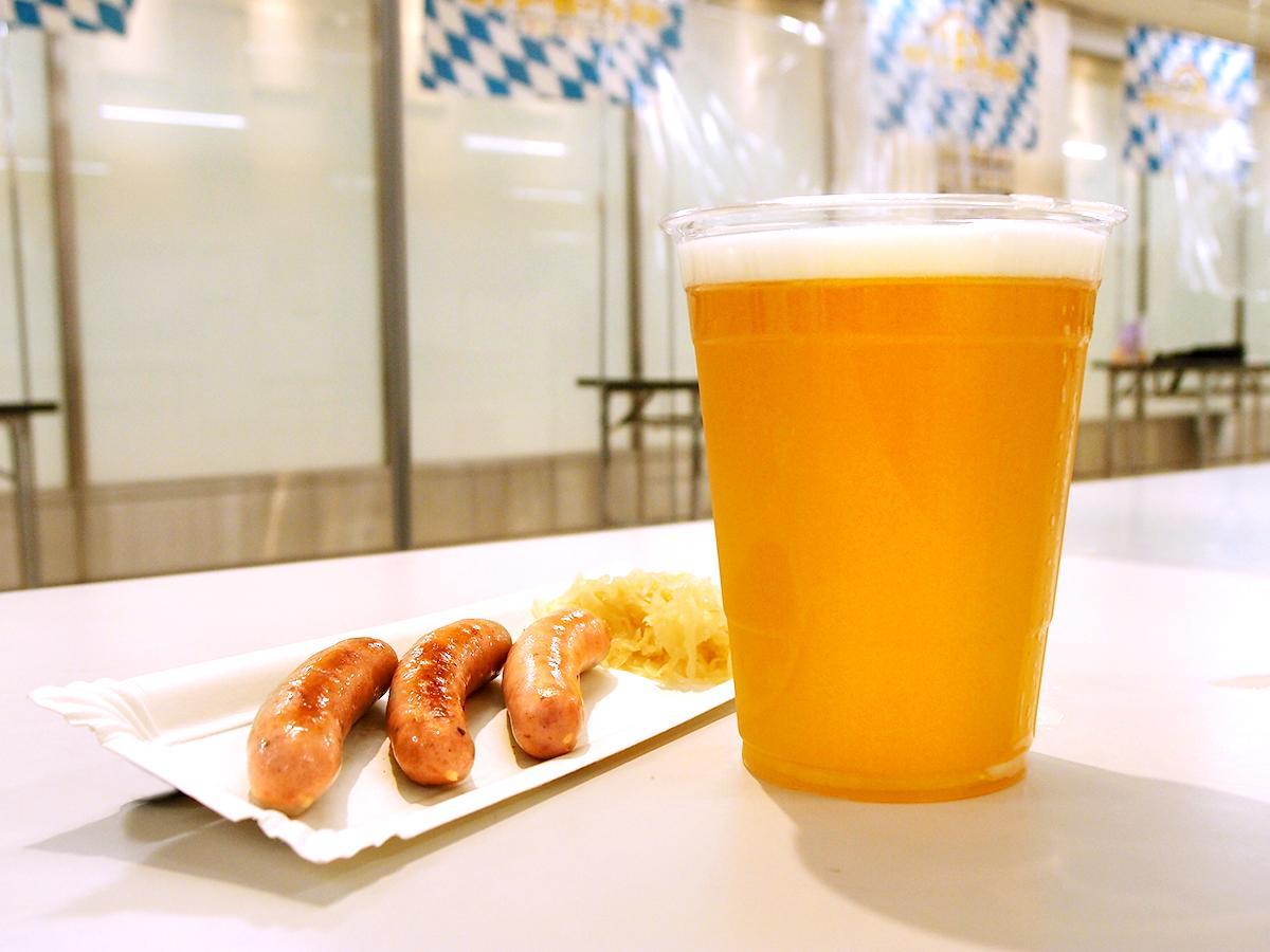 「プチ名古屋オクトーバーフェスト in名古屋栄三越」で販売するドイツたる生ビールとハーブ入りソーセージ「ニュルンベルガー」