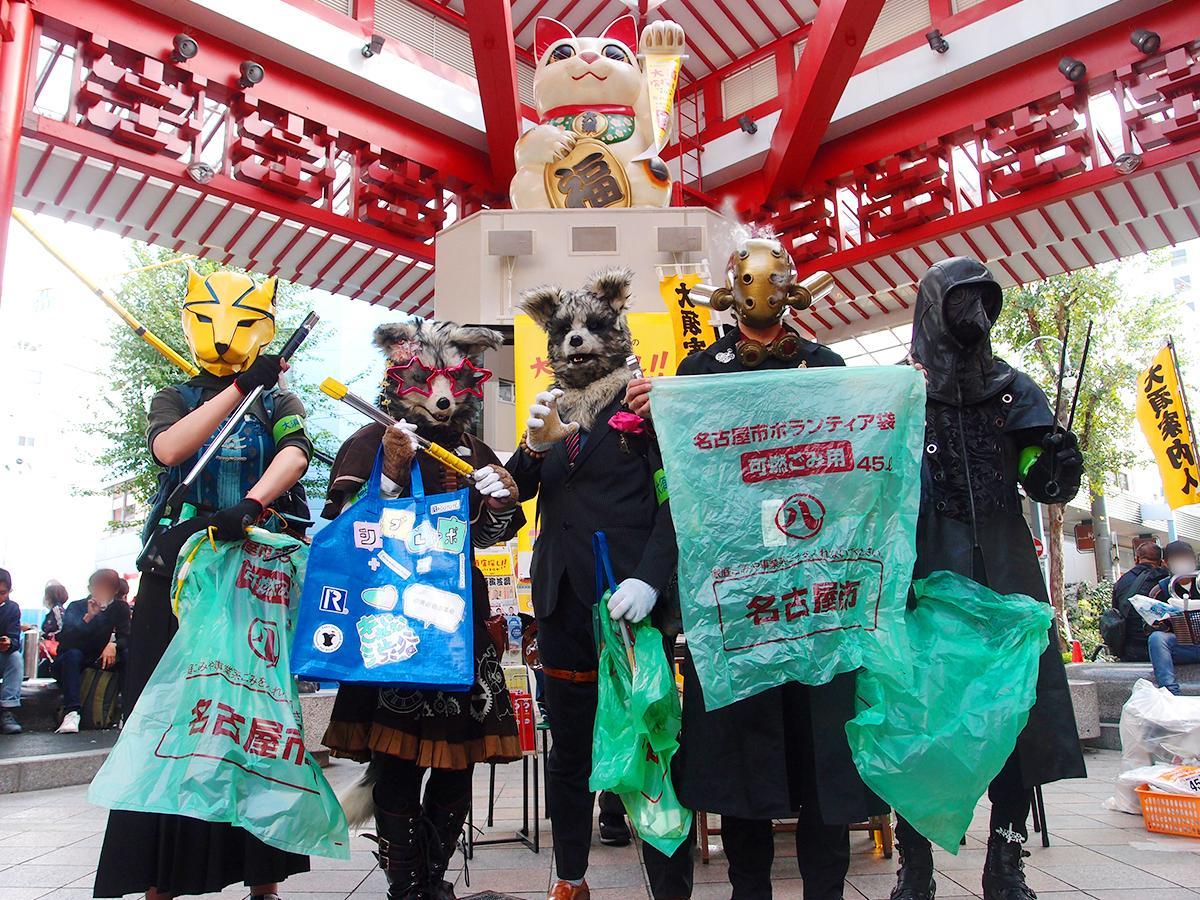 大須商店街の「ふれあい広場」で、仮装姿でゴミ拾い活動を行う「スターダスト ヒーローズ」。左から、クリーンパンサーさん、ナイトさん、名古屋のイトウさん(ムーンボウウォーカーズ)、ヘキサアイズさん、ノーネームさん