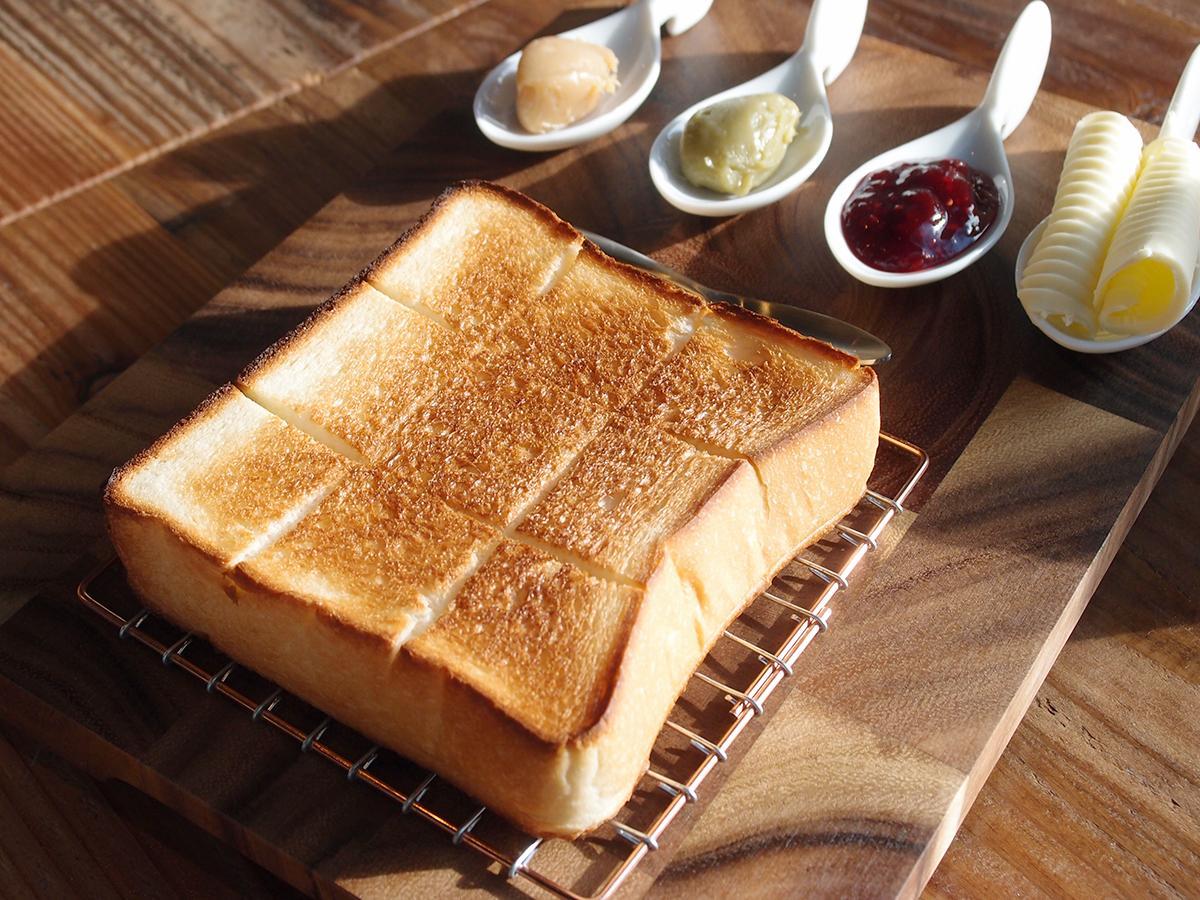 「高級食パン専門店『嵜本』」のカフェで楽しめる、選べるジャムと北海道バターがセットになった「カスタマイズトースト」