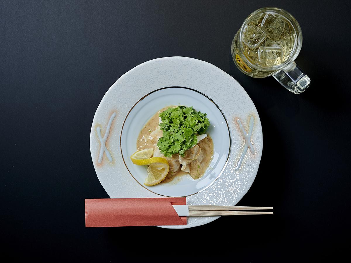 「金沢まいもん寿司」の自家製濃厚ごまだれとパクチーを添えた「濃厚ぶり水餃子」ちょいのみセット(画像提供=名古屋パルコ)