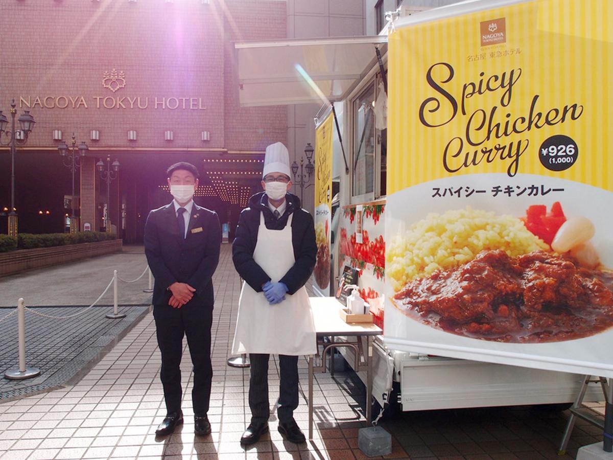 名古屋東急ホテルの入り口に設置したキッチンカー前で同ホテルマーケティング マネジャーの染谷健二さん(左)