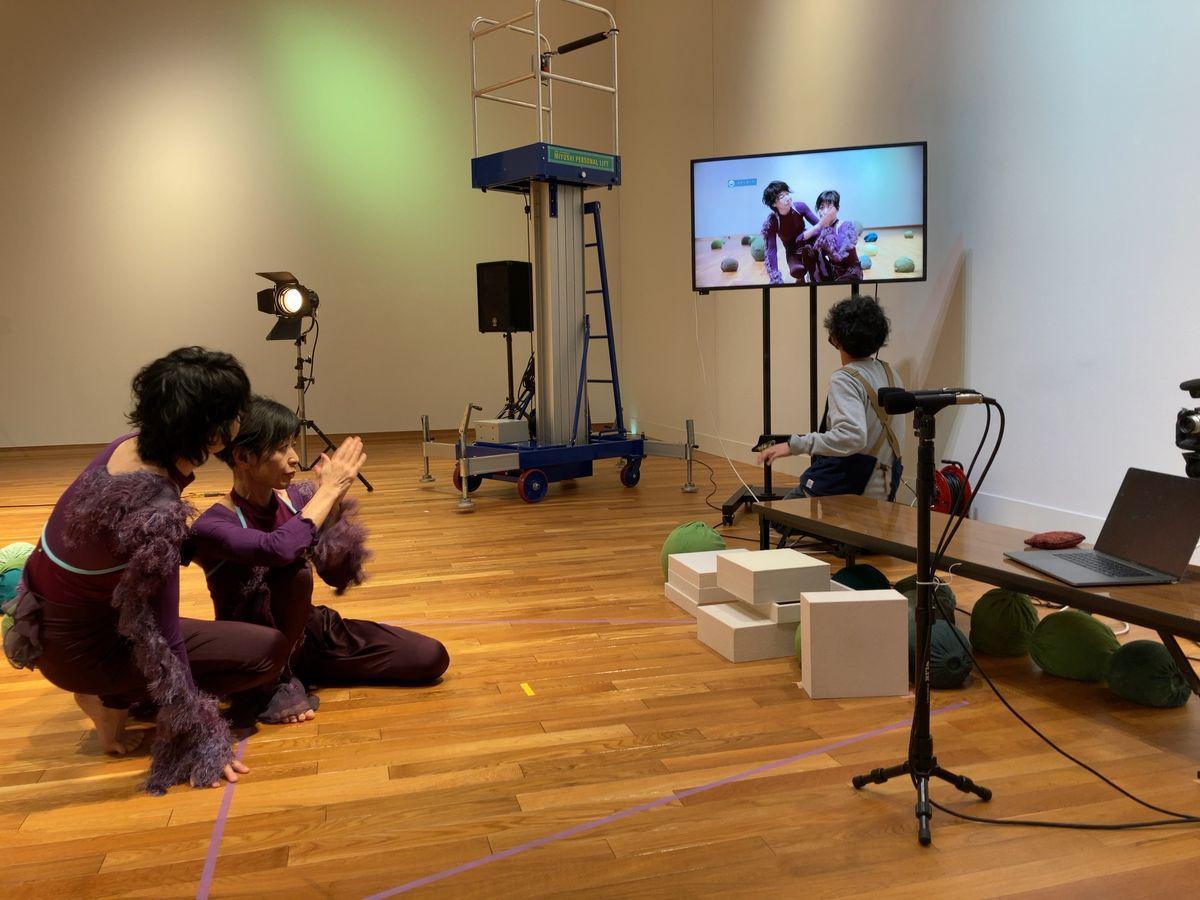 配信によるアートプロジェクト「アイチ・オンライン」の制作の様子。劇団うりんこ・朝比奈緑さん、川原美奈子さんのパフォーマンス作品を映像作家の山田晋平さんが撮影