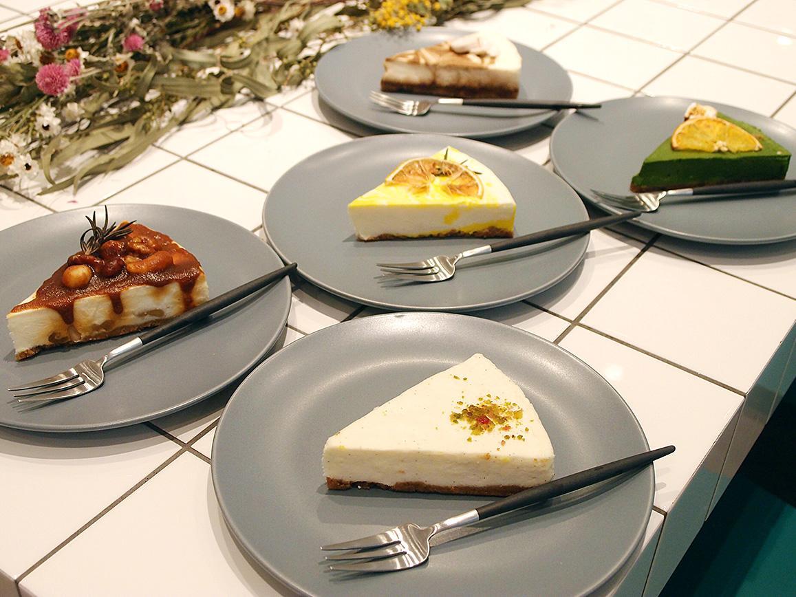 名古屋パルコにオープンしたチーズケーキ専門店「ナメリ」の商品。「プレーン」(手前)はじめ定番フレーバー6種類、期間限定2種類を販売