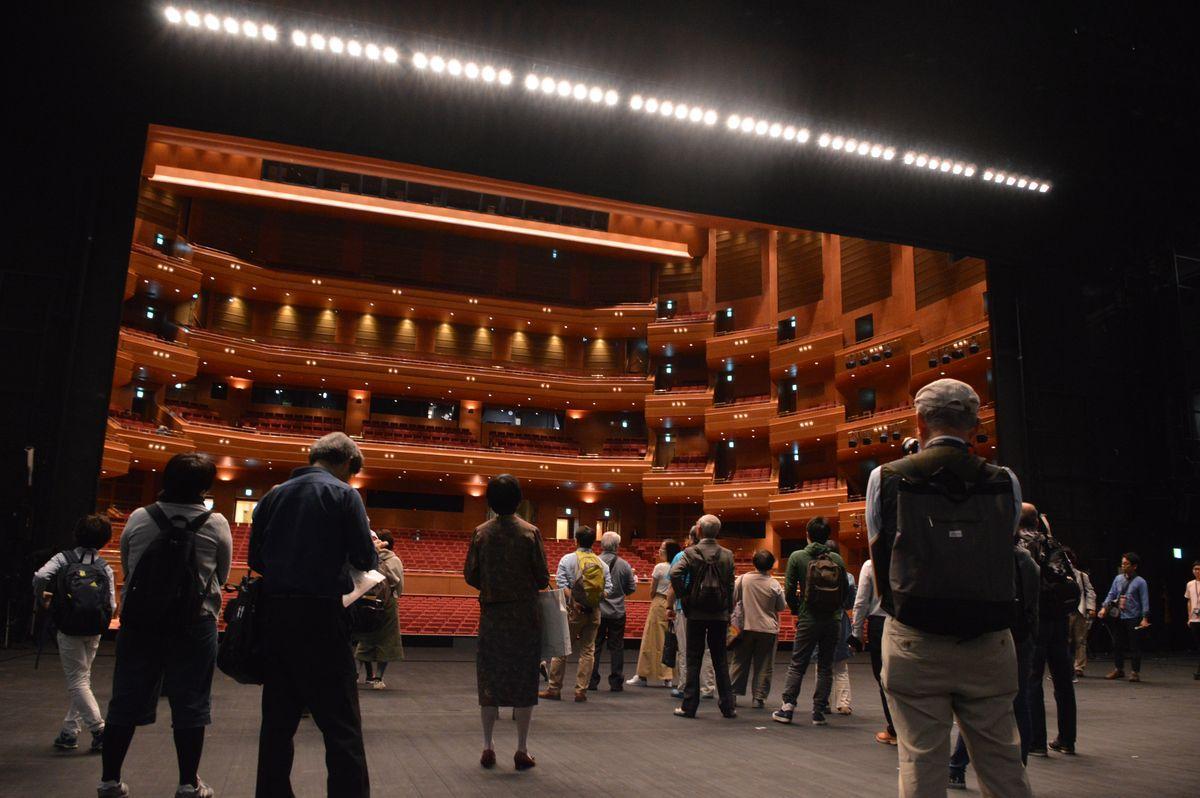 愛知県芸術劇場がオープンハウスを開催。写真は2019年に行われた劇場案内ツアーの様子