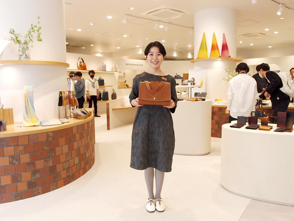 「マザーハウス名古屋久屋大通公園店」店内で店長の吉岡遥菜さん