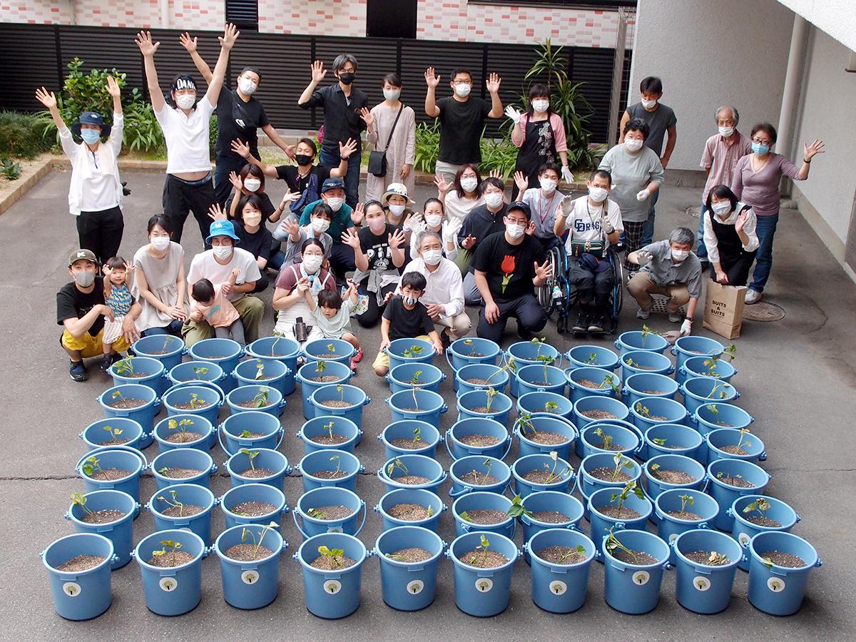 都市農業プログラム「ゑびす菜園」第1弾のサツマイモ苗植えワークショップ参加者
