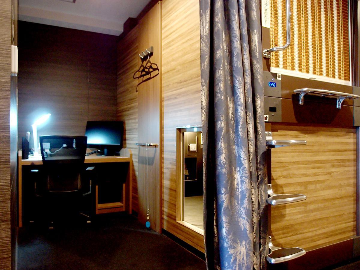 「豪華カプセルホテル 安心お宿プレミア名古屋栄店」9階に設けたコワーキングスペースのブースの様子