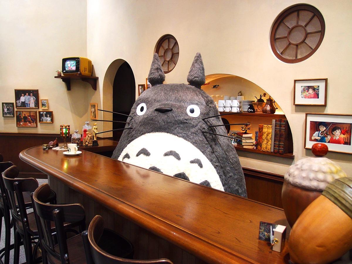 スタジオジブリ内の打ち合わせ兼休憩スペースを再現した「トトロ・バー」のある「スタジオジブリへようこそ!」に設置した「大トトロ」 © Studio Ghibli