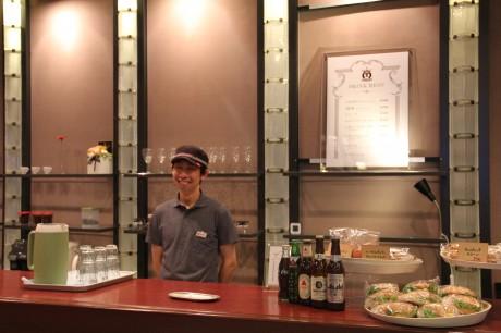 カウンター越しにほほ笑むオーナーの中井慈さん