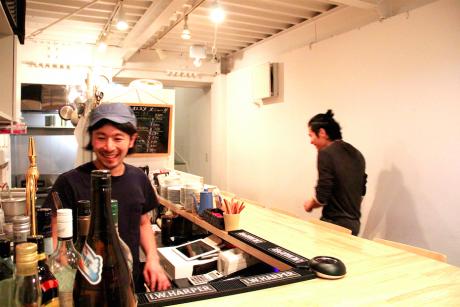 料理長の武藤さん(左)と店長の松田さん(右)が場をあたためる