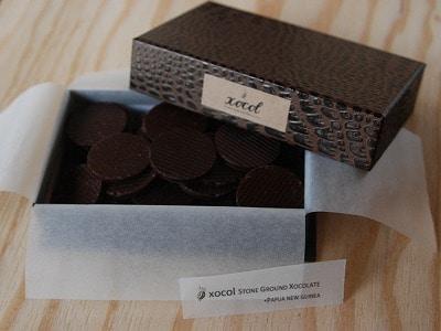こだわりの石臼で挽いたカカオと砂糖のシンプルなチョコレート「美しい鳥QUETZAL(ケツァール)」(750円)