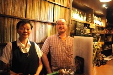 店主の作左部哲平さん(右)と、母の寿美子さん(左)