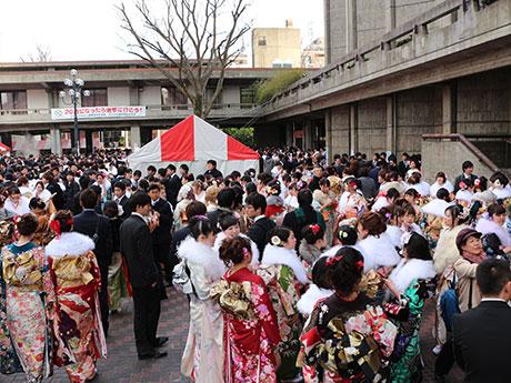 会場の世田谷区民会館には約5500人の新成人が集まった