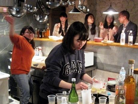 梅酒を使った「若狭カクテル」を作る大学生