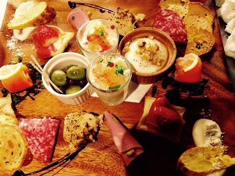 三軒茶屋の「料理で勝負」のワインバーが2周年 スペイン製の鉄鍋で作るリゾットや冷菜盛りが人気