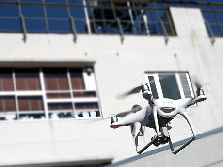 会場となる「IID世田谷ものづくり学校」を飛ぶドローン