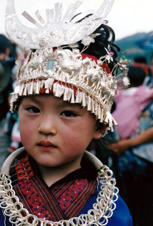 民族衣装をまとったミャオ族の人たち