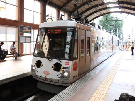 豪徳寺の招き猫をデザインしたラッピング電車