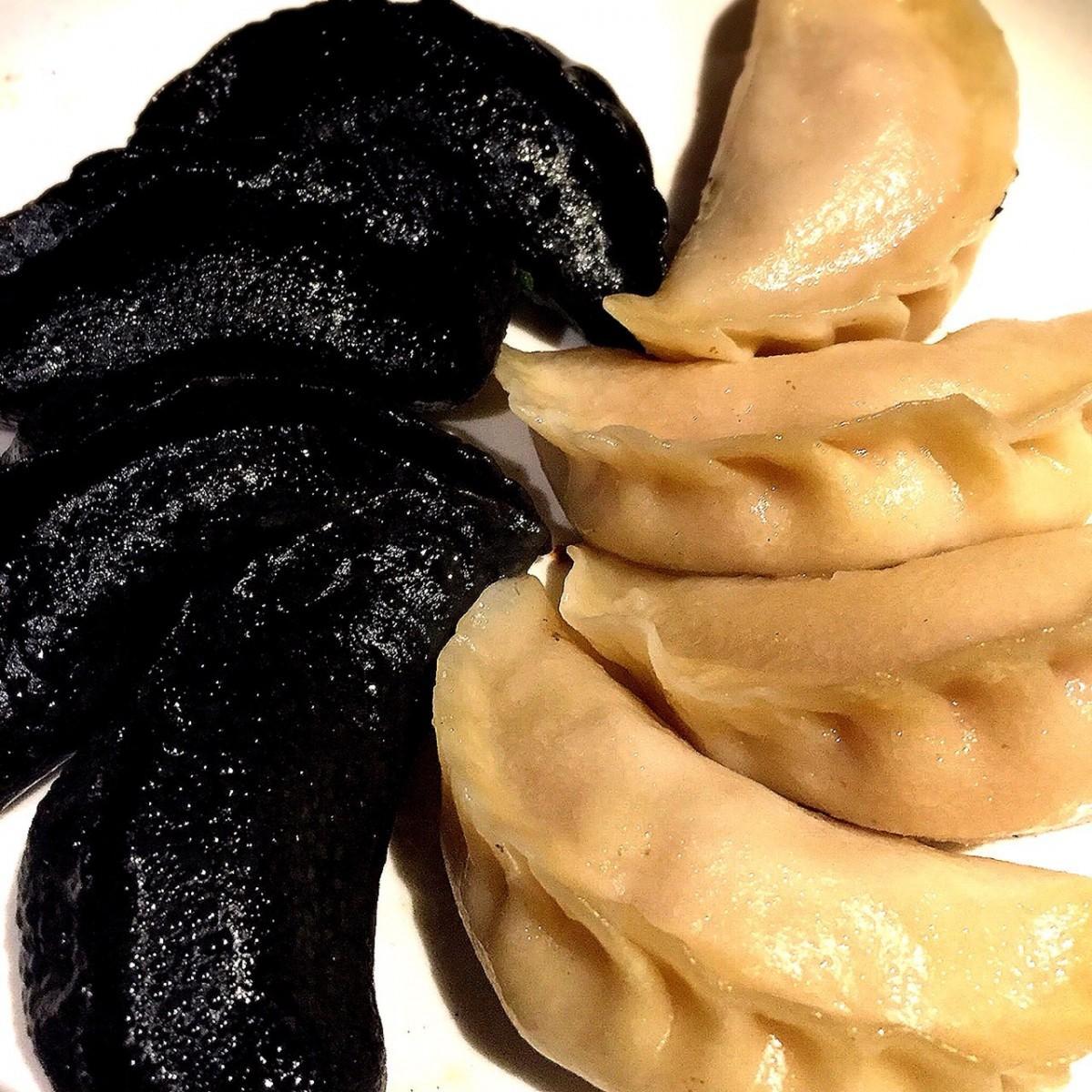 皮から手作りのギョーザ(白と黒)