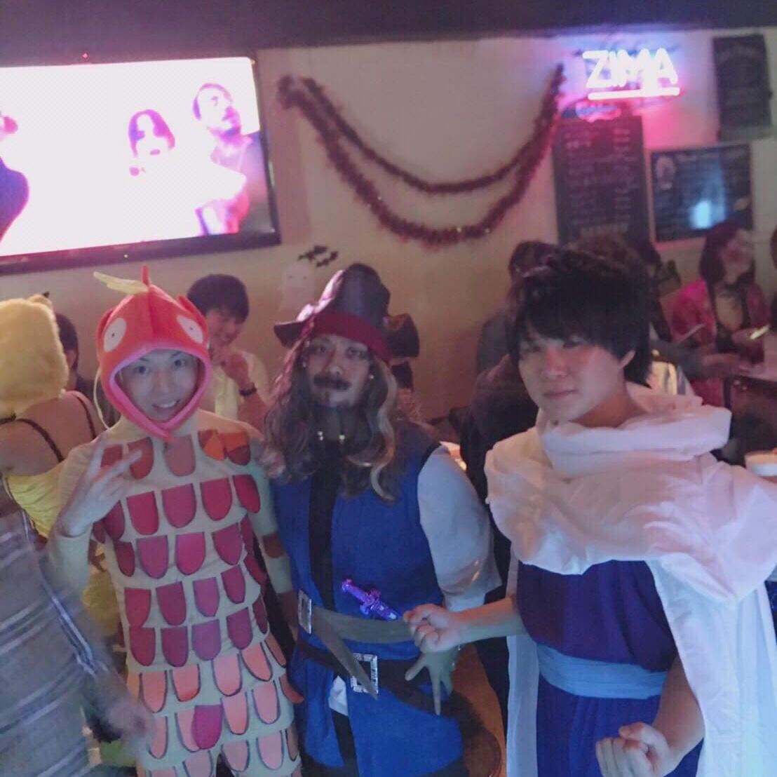 ハロウィンパーティーで仮装するバヤシさん(左)