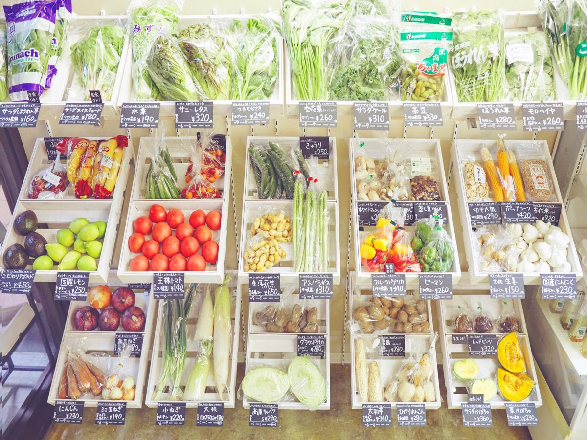 農家直送の野菜を並べる