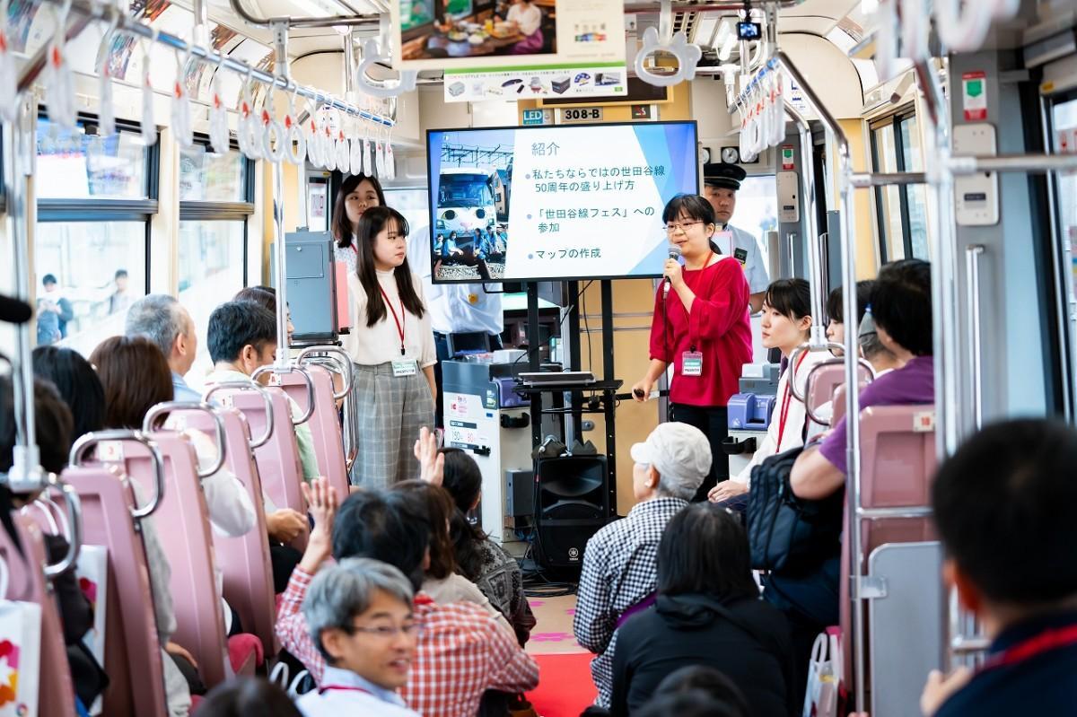 電車内で世田谷線沿線にまつわる講座をする学生