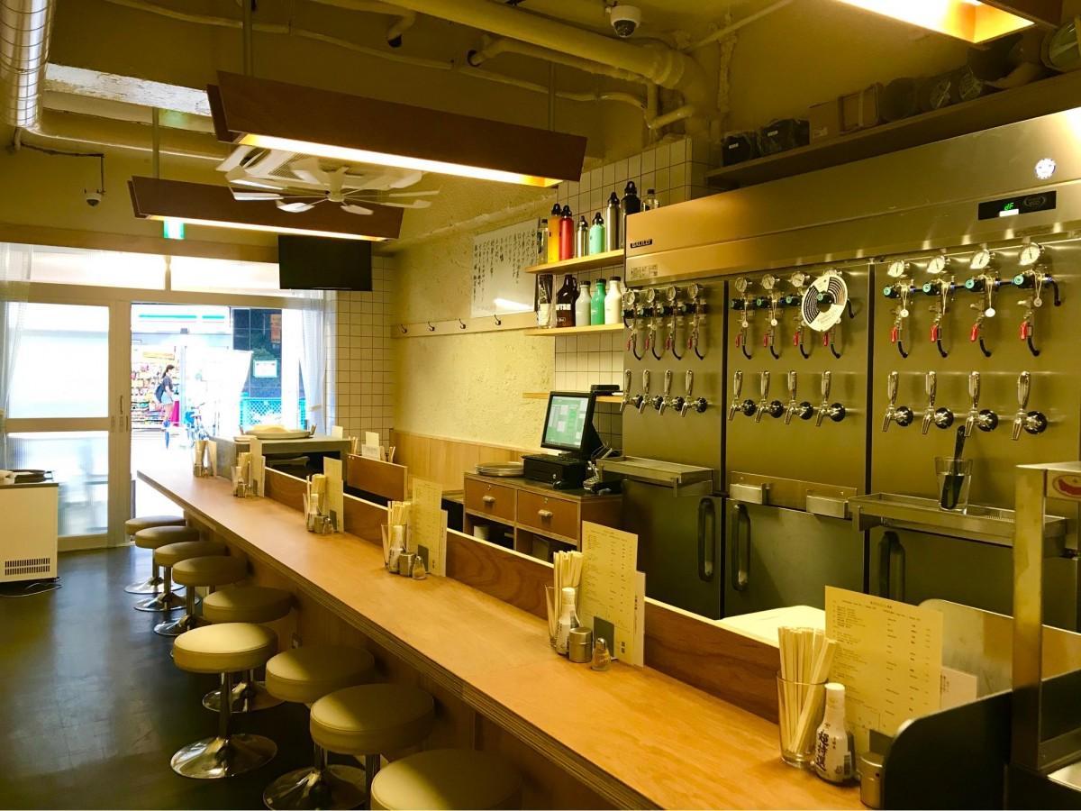 ビールのタップが並ぶ店内