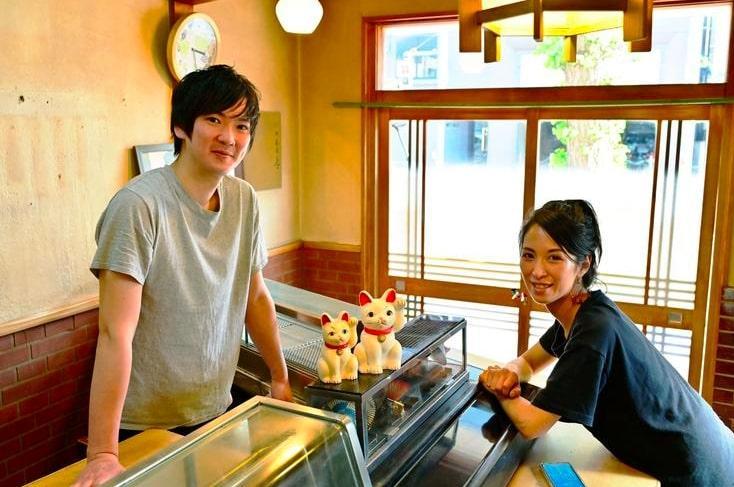 無人青果店&コミュニティースペース「808+(ヤオヤプラス)」運営するMunosの笠井祐二さん(左)と尾辻あやのさん(右)