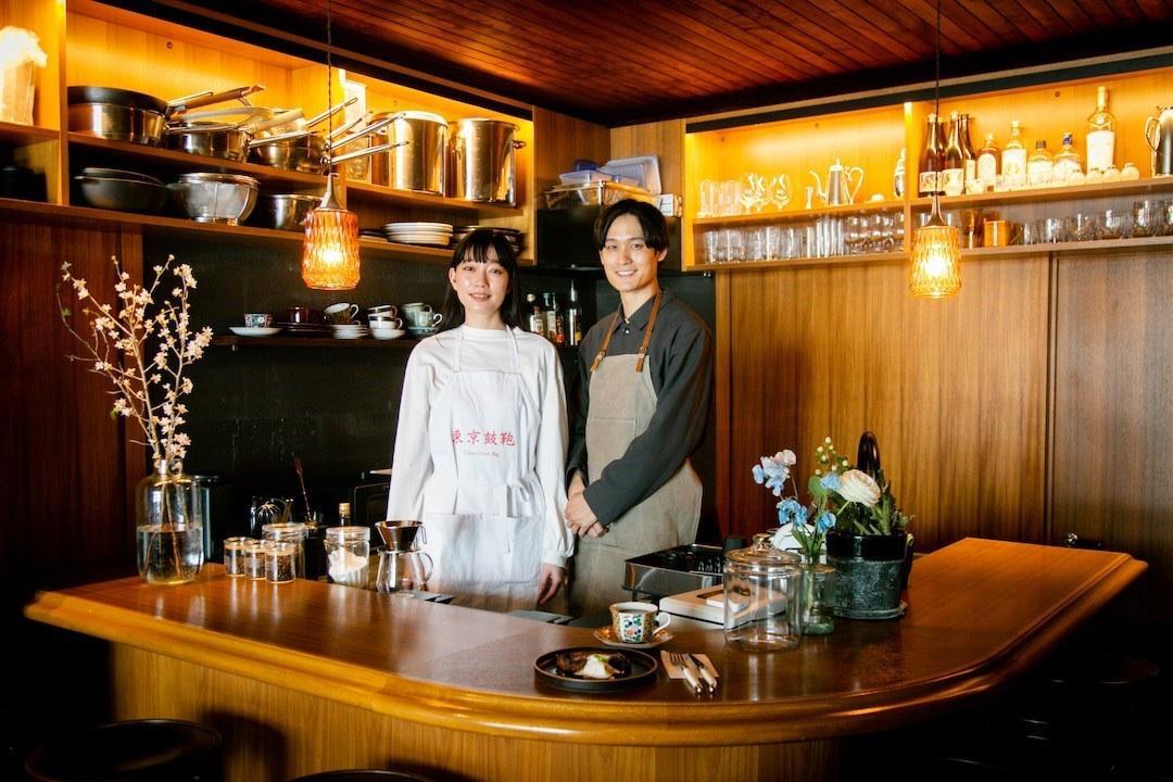 副店主の滝澤咲子さん(左)と店主の一ノ瀬遼さん(右)