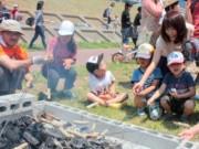 大船渡・盛川で支援団体が川遊びイベント-支援者が地域ぐるみで交流