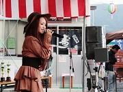 大船渡の屋台村でカラオケ大会-愛好家34人が舞台で熱唱