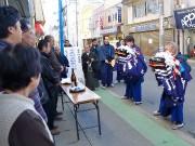 宮古の商店街で商売繁盛祈り「門打ち」-歴史ある黒森神楽が町内練り歩き
