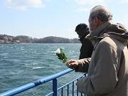 気仙沼で海上慰霊祭-遺族ら100人が定期船から犠牲者を供養