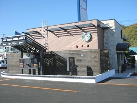 レンガや木を基調とした道内初のドライブスルー併設の独立型店舗外観。
