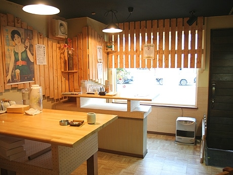 喫茶店を改装し、壁面にアレンジしたすのこ板が特徴の店内