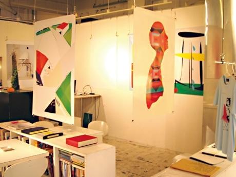 カレンダー・コンペティションで採用された12作品のA0サイズポスターを展示