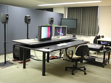 リニューアルしたスタジオ「デジタル工房」の1室。このほか2台の端末と合わせて共同作業ができる。