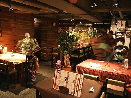 木を基調に和とアジアンテイストをイメージしたスープカレー専門店「MAJI.II柊」店内