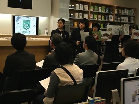 円山動物園の動物たちをモチーフに制作した環境メッセージポッドキャストを紹介する札幌平岸高等学校デザインアートコースの3年生ら