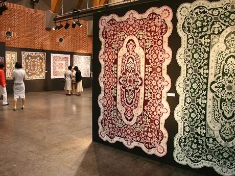 旭川の畠手芸研究会会員による色鮮やかな大作が並ぶ会場