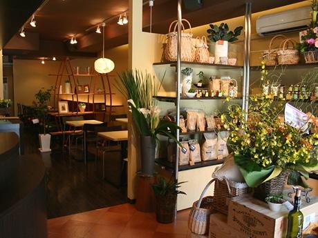 オーガニック食品や雑貨などの物販コーナーを店内入り口に設けた明るい雰囲気の店内
