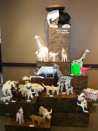 国内外のアーティストにより一つひとつに色と個性が加えられた動物たち約20作品