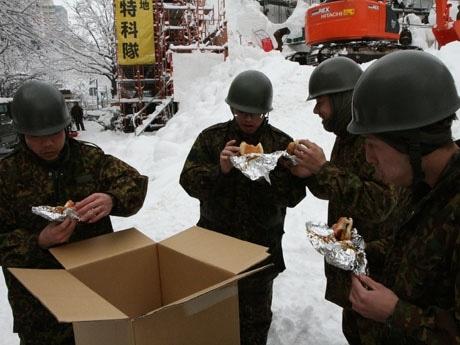 ハンバーガーを食べる自衛隊員