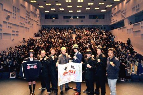 札幌工業高校ボクシング部の部員らと記念撮影する市原隼人さん、高良健吾さん、李闘士男監督