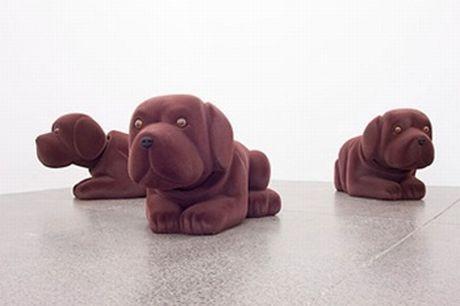 トークイベントに参加するニュージーランドの現代美術作家スティーブ・カーさんの作品「Nodding DogsNodding Dogs」