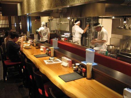 「地鶏丸炊拉麺 花咲や 円山本店」のカウンター席