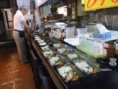 開店に向け準備をする佐藤さん。手前が105円弁当